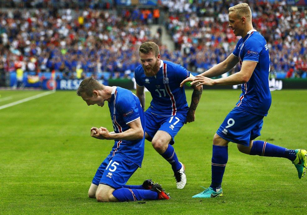 Los jugadores de Islandia celebrando el gol que les daba la ventaja