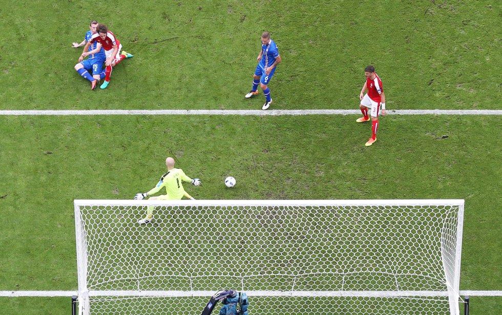 El momento del gol de Bödvarsson para Islandia