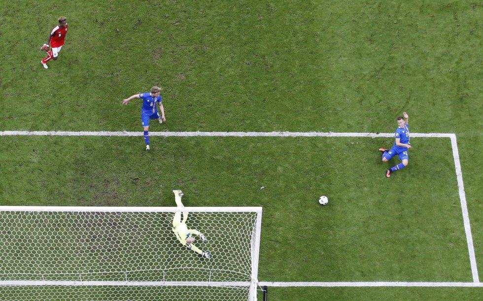 El momento del segundo gol que selló la victoria y clasificación de Islandia