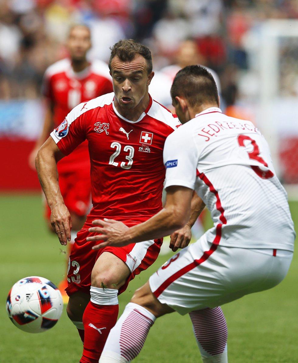 Artur Jedrzejczyk (D) y Xherdan Shaqiri (I)