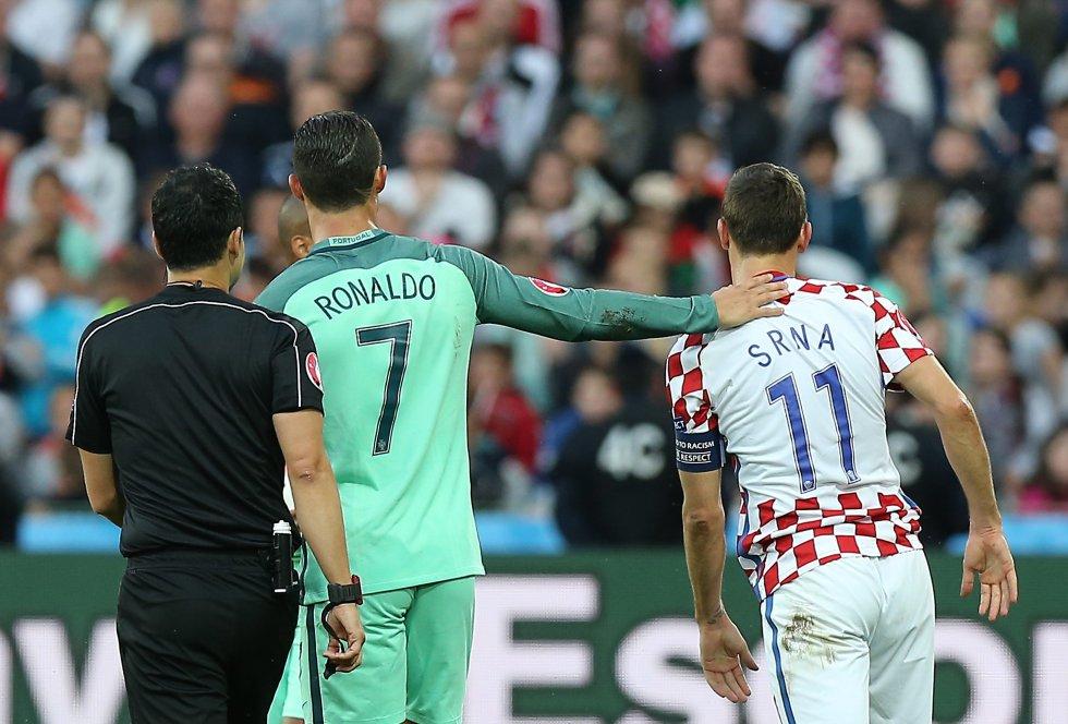 Los capitanes se saludan durante una jugada en el primer tiempo.