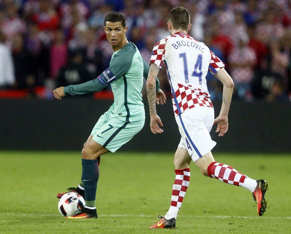 Cristiano Ronaldo protege la pelota en la segunda etapa.