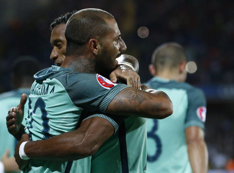 Quaresma celebra con Nani el gol del triunfo portugués.