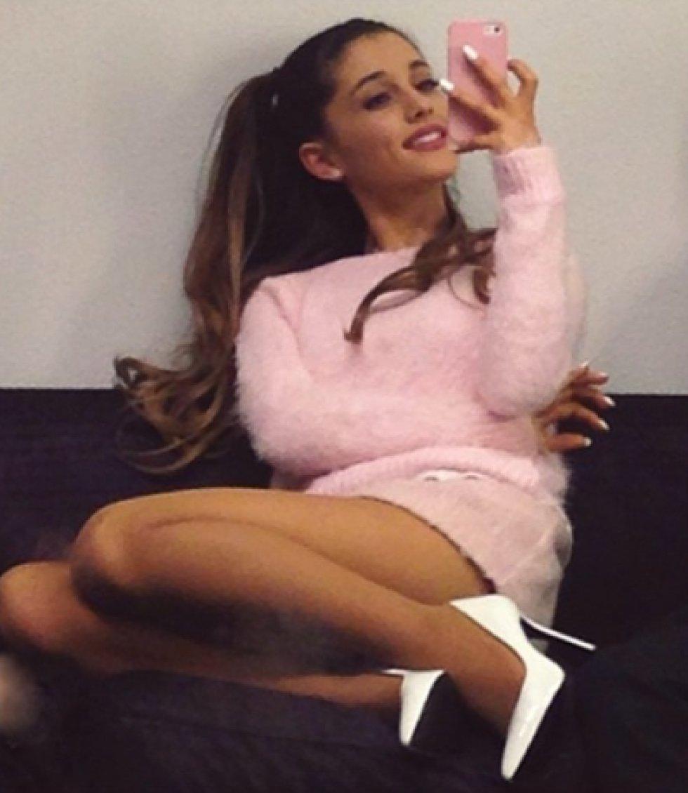 Se distingue por su baja estatura y por eso Ariana prefiere lucir siempre tacones altos para estilizar su figura.