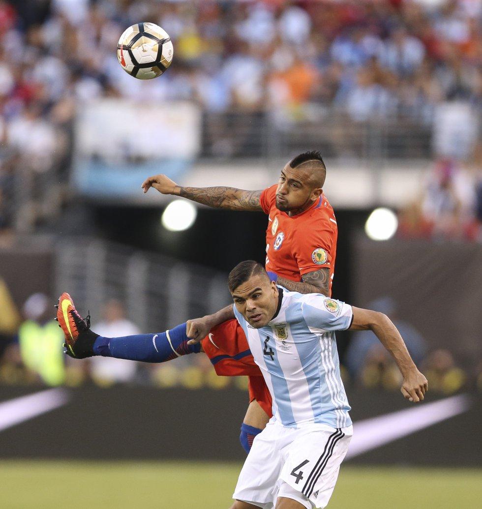 Vidal y Mercado disputan un balón.