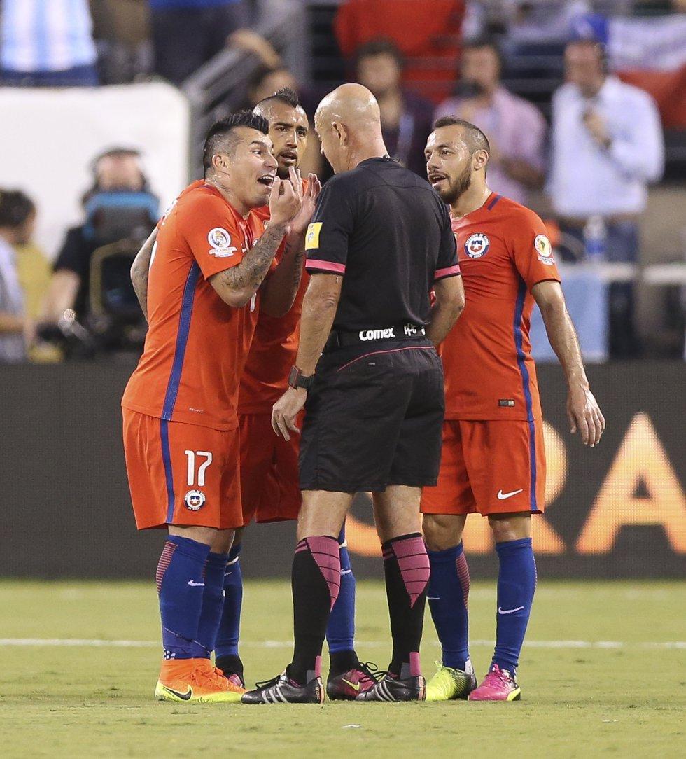 Marelo Díaz fue expulsado por doble amarilla al minuto 28.
