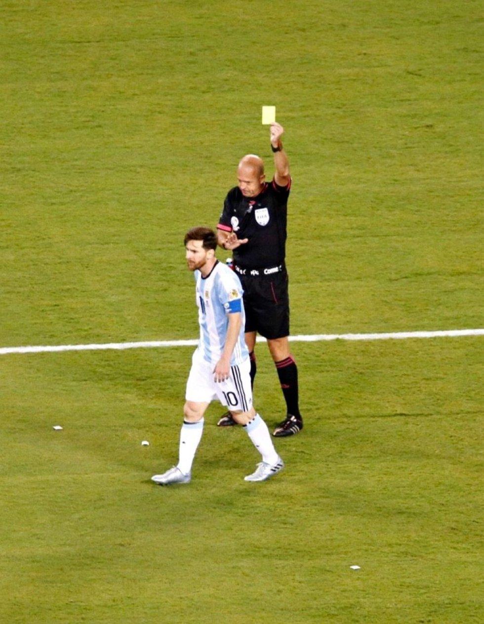 Messi fue amonestado por similar una falta en el area.