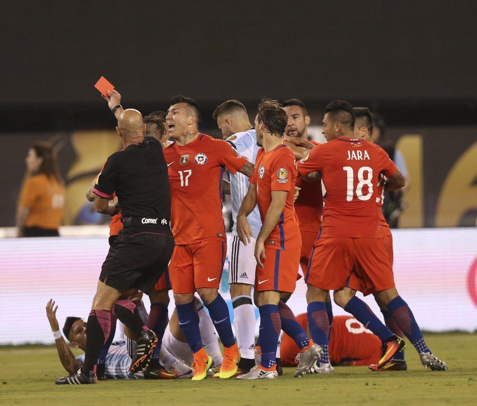 Marcos Rojo fue expulsado en el primer tiempo.