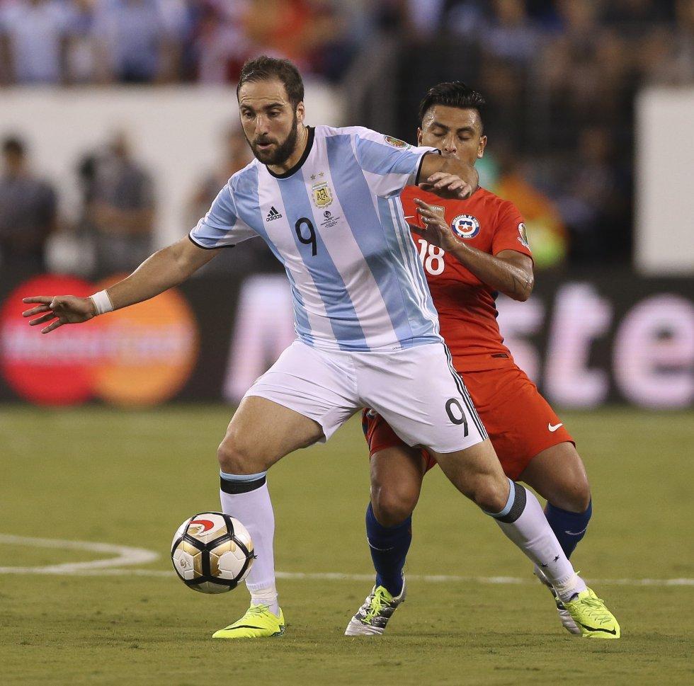 Higuain desperdicio la opción mas clara para Argentina en el inicio del primer tiempo.