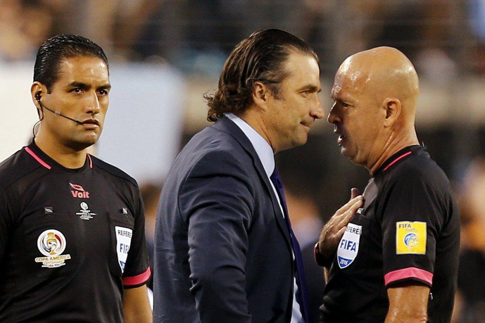 Pizzi, técnico de Chile le reclama a Heber Lopez por el arbitraje.