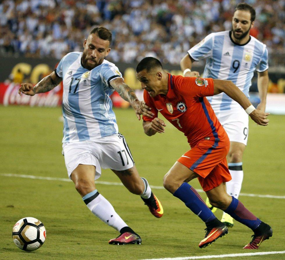 Alexis Sánchez y Otamendi disputando un balón.