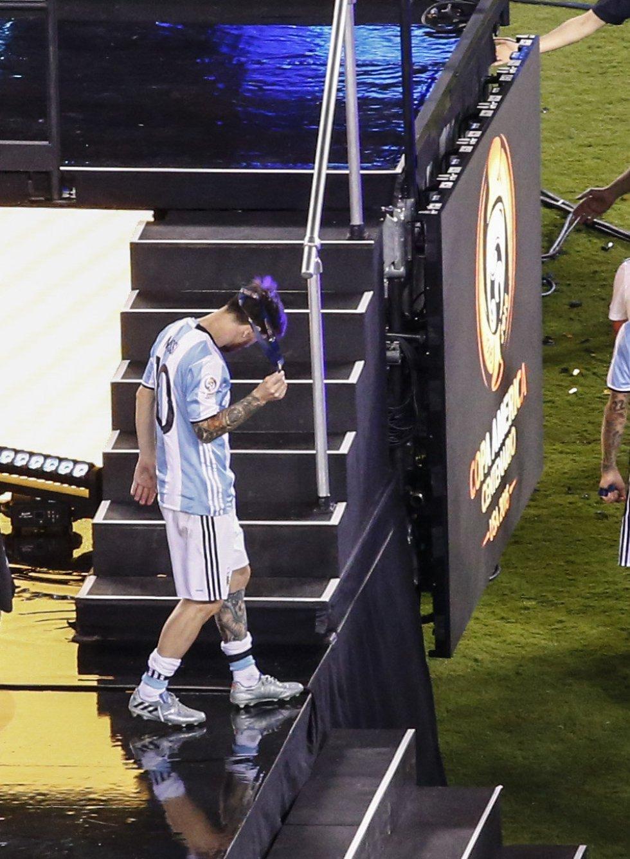 Lionel Messi de Argentina se retira la medalla de segundo lugar durante la premiación de la Copa América Centenario.