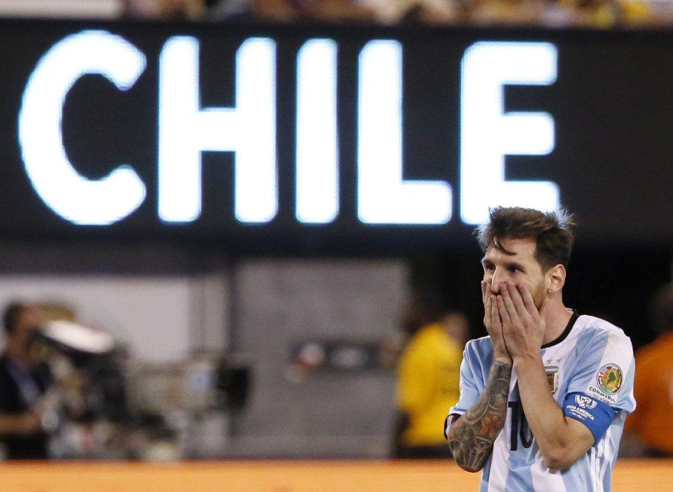 El argentino Lionel Messi reacciona durante la prórroga ante Chile.
