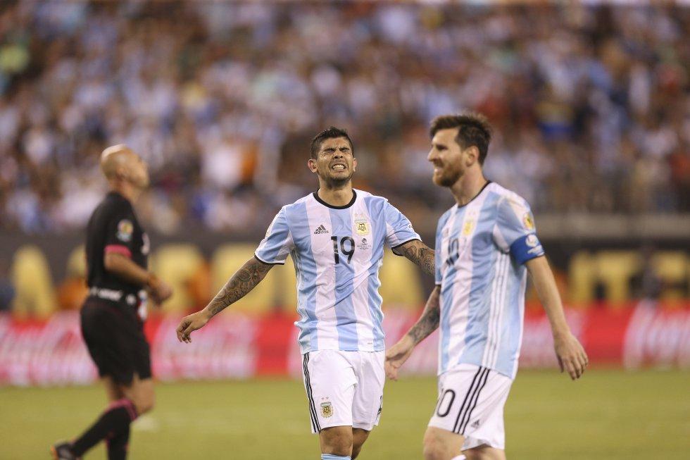 Ever Banega C) y Lionel Messi (d) lamentan un fallo ante Chile.