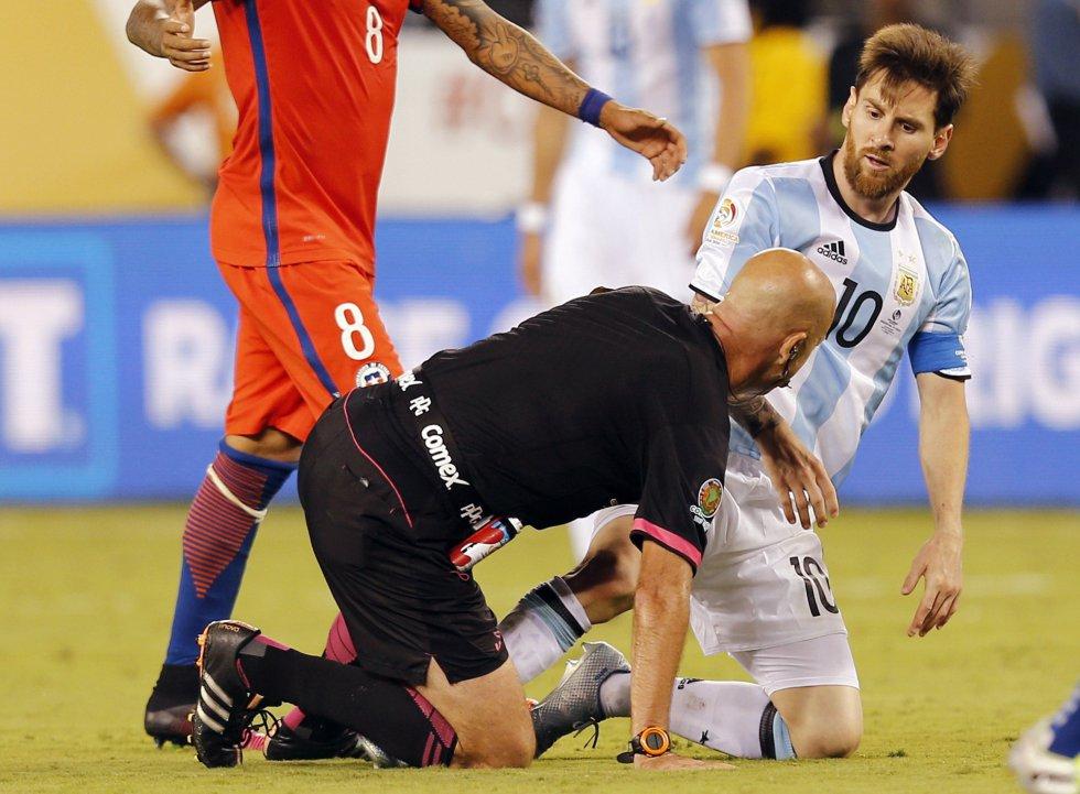 Lionel Messi (d) de Argentina choca con el árbitro el brasileño Heber Lopes.