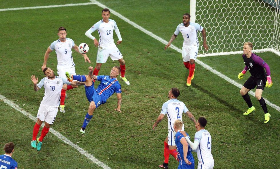 Islandia busca un gol de chilena pero el arquero Hart logra atajarla.