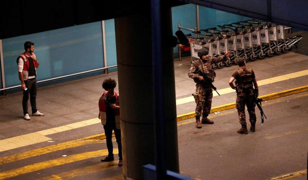 El ministro de Justicia, Bekir Bozdag, aseguró que uno de los terroristas abrió fuego en el control de entrada de la terminal de Internacional.
