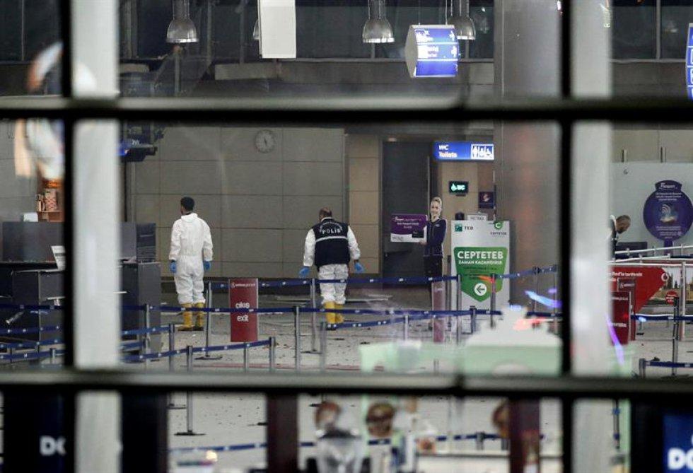 Según testigos se trataría de cuatro atacantes, dos se inmolaron. Uno en la entrada del terminal y otro en el estacionamiento.