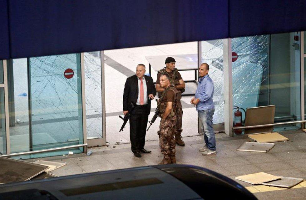 Según las autoridades turcas, se produjeron dos explosiones y un tiroteo cerca del estacionamiento del aeropuerto.