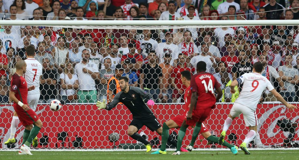 El gol anotado por Lewandowski que adelantaba en el marcador a Polonia