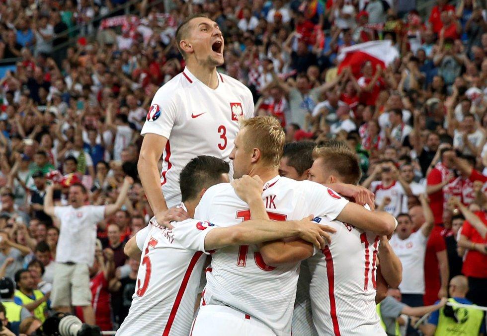 Jugadores polacos celebrando el gol de Lewandowski