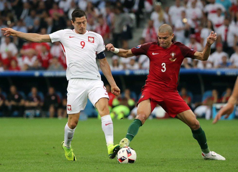Pepe y Lewandowski en disputa por el balón