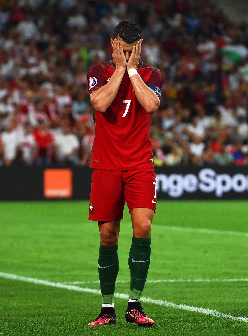 Cristiano Ronaldo lamentando una opción desperdiciada para Portugal