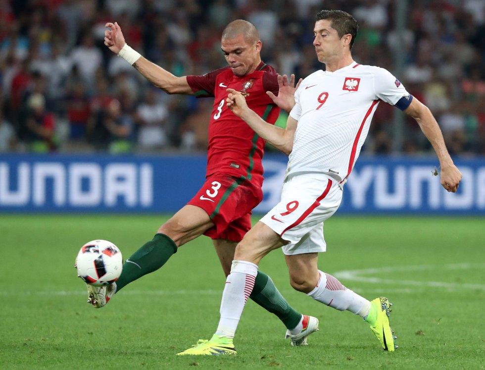 Pepe y Lewandowski, un duelo constante durante el compromiso