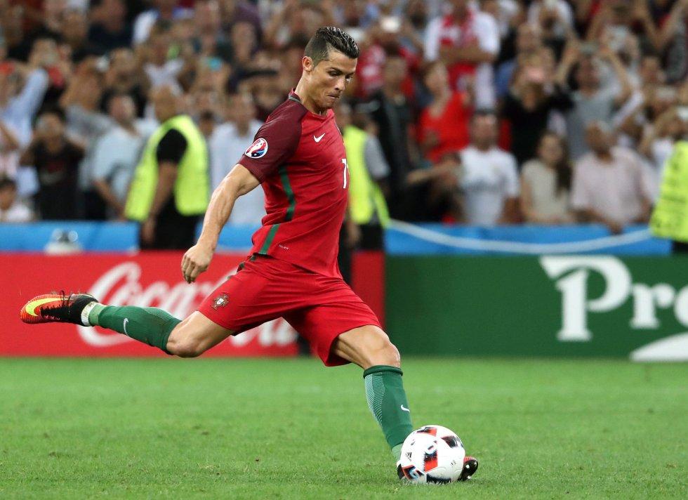 Cristiano Ronaldo rematando el primer penal de la serie ante Polonia