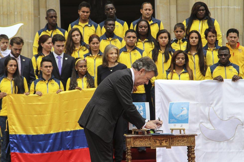 El presidente Juan Manuel Santos firma