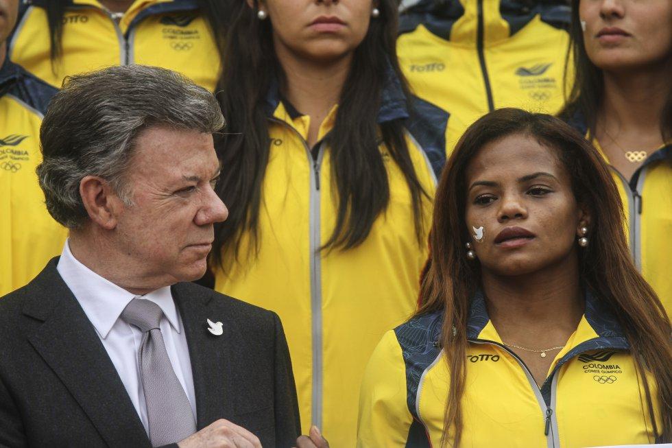 Jackeline Renteria doble medallista olímpica junto al presidente Juan Manuel Santos.