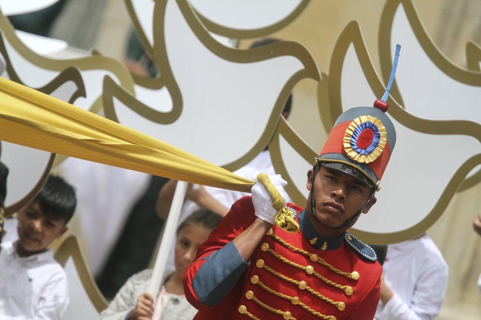 Soldados de la guardia presidencial con la bandera de nuestro país.