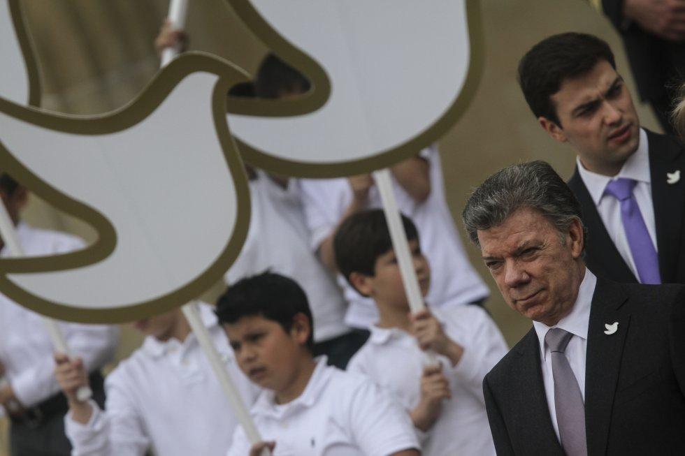 El presidente Juan Manuel Santos junto al símbolo de la paz.