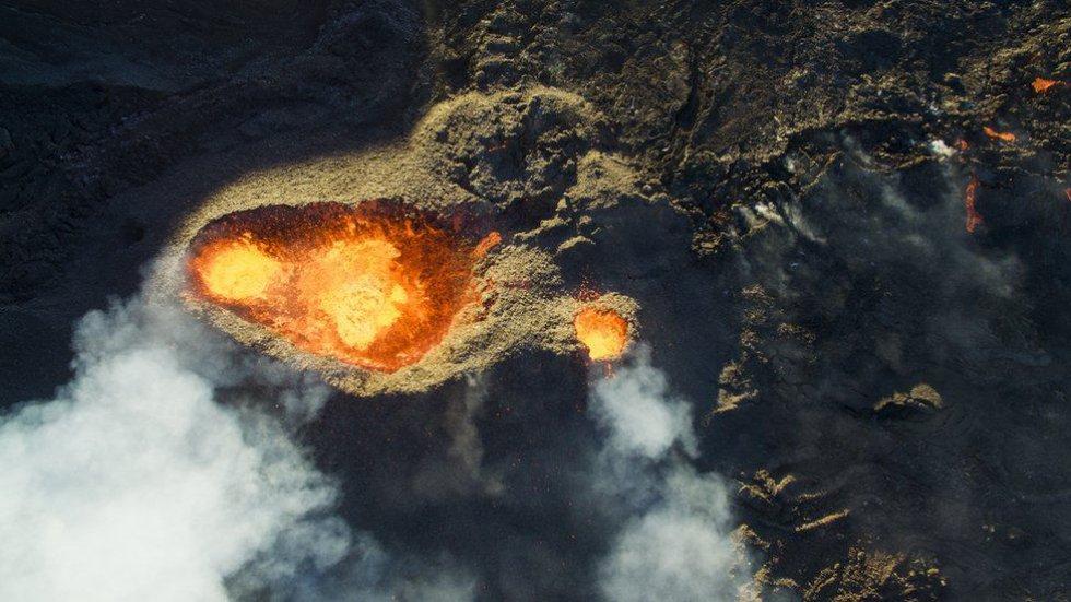 Jonathan Payet hizo volar su drone por encima del volcán Piton de la Fournaise en Isla de la Reunión. Para tomar la foto, justo después de la salida del sol, tuvo que lidiar con el aire caliente y el viento.
