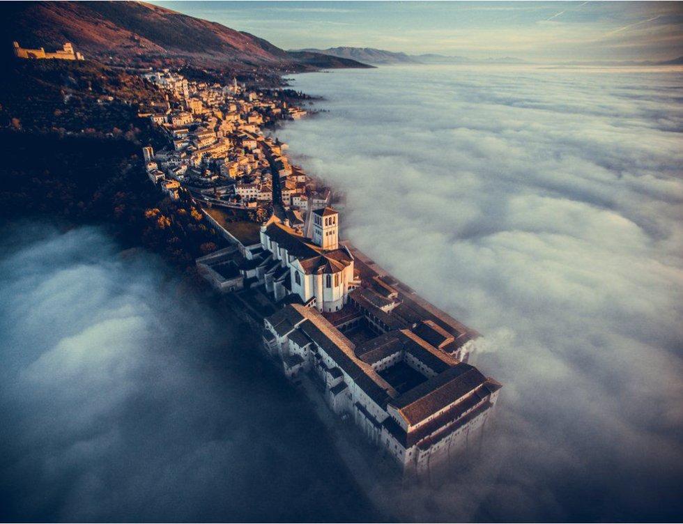 """Esta foto, tomada por Francesco Cattuto, fue la ganadora en la sección de viajes. La foto fue tomada durante un paseo. """"Cuando el drone salió de entre las nubes, la vista era espectacular y me dejó petrificado y sin aliento. Me dio tiempo a tomar algunas fotos antes de que el sol empezara a bajar y las nubes se hicieran más altas, escondiendo todo""""."""