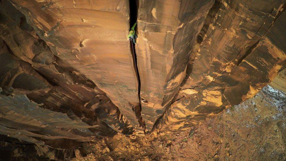 """Max Seigal estaba escalando la Roca Moab Rock en Utah, Estados Unidos, con sus amigos. """"Escalamos durante kilómetros para buscar la línea perfecta y luego vimos esta grieta increíble que estaba a unos 150 metros del suelo. Con el drone puedo capturar imágenes que antes hubiera sido imposible""""."""