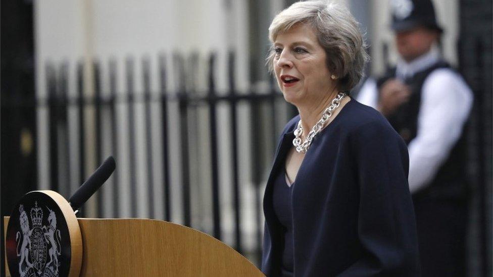 Theresa May habló con los medios por primera vez como primera ministra a su llegada a la residencia oficial de 10 Downing Street.