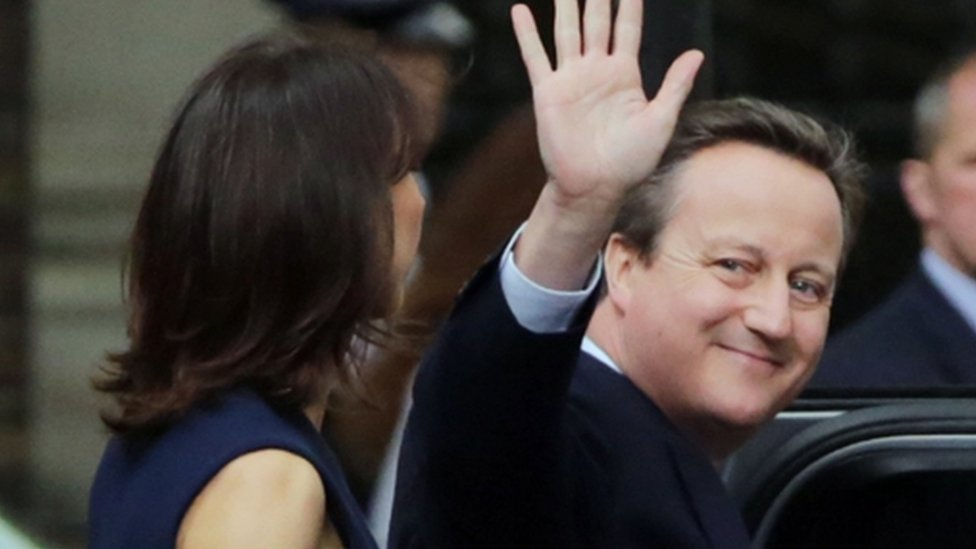 David Cameron le dio una última mirada a Downing Street, la residencia del primer ministro, antes de dirigirse a Buckingham Palace para entregarle su renuncia a la Reina.
