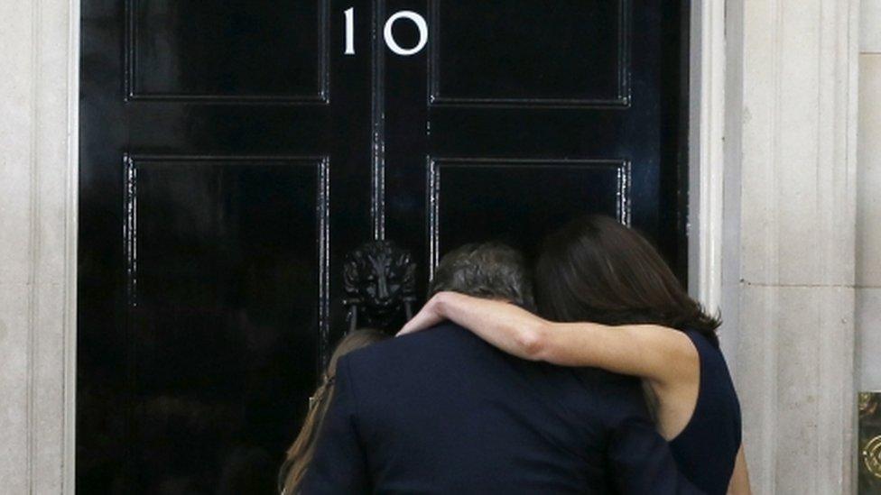 10 Downing Street ha sido la residencia de la familia Cameron desde 2010. La familia se dio un emotivo abrazo frente a los medios tras su discurso final como primer ministro.