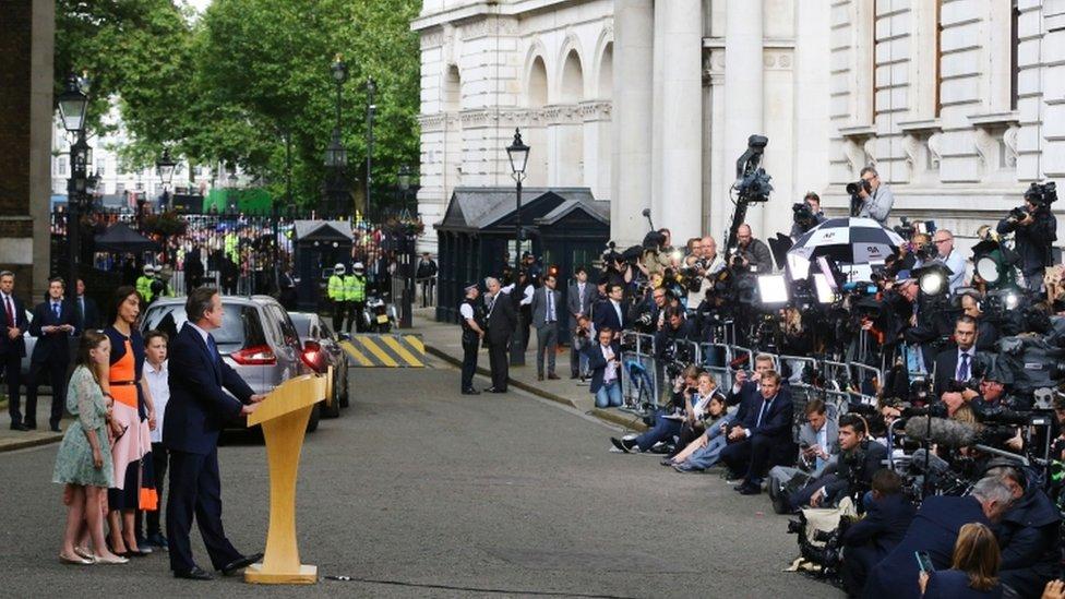 Cameron estuvo acompañado por su esposa y sus tres hijos mientras daba su discurso final como primer ministro, en frente de decenas de medios de comunicación.