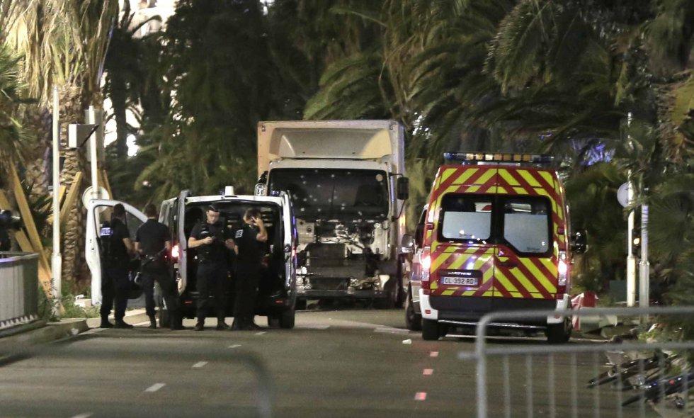 """Más de 73 personas han muerto, por el momento, y un centenar resultaron heridas esta medianoche en Niza (sur de Francia) cuando un camión arremetió contra una multitud que presenciaba los fuegos artificiales de la Fiesta Nacional del 14 de julio, según datos provisionales de la policía, citados por la emisora """"France Info""""."""