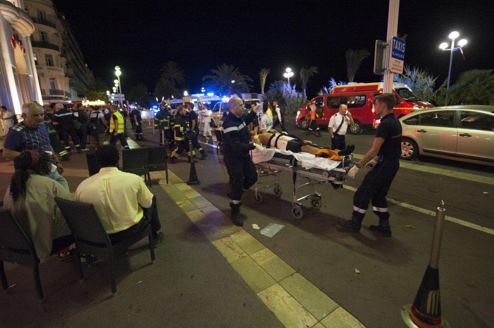 Las televisiones han difundido imágenes de un trailer blanco de gran tamaño, supuestamente el vehículo utilizado por el agresor para cometer el atentado.