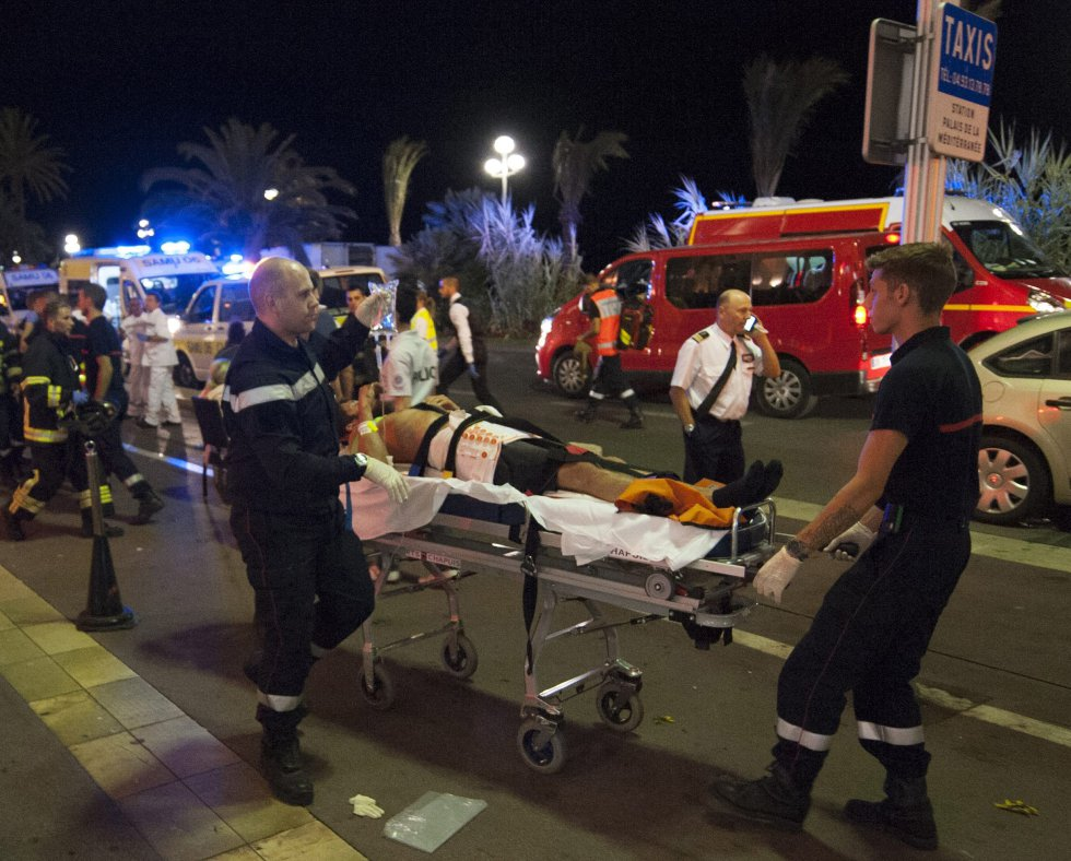 Según la presidencia francesa, Hollande se mantuvo desde que se tuvieron las primeras noticias de la matanza en contacto telefónico con el primer ministro, Manuel Valls, y con el ministro del Interior, Bernar Cazeneuve, que esta noche iba camino de Niza para seguir allí la marcha de los hechos, y en particular la atención a los heridos.
