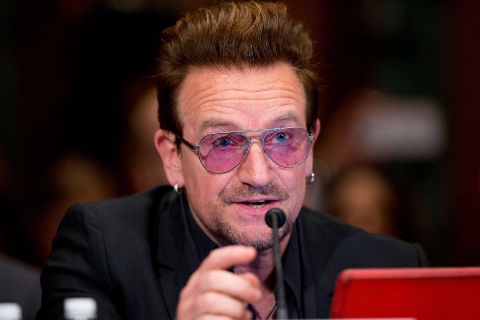 Bono, vocalista de la agrupación U2, es una de las celebridades líderes en la lucha por la protección del medio ambiente. Greenpeace, The One Campaign, entre otras empresas se han visto favorecidas gracias a las acciones del músico.