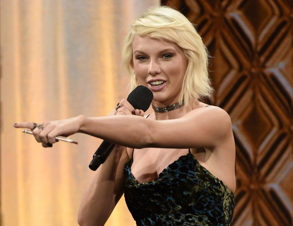 Taylor Swift se ubica en el primer lugar de las 100 celebridades mejor pagas de 2016. Con ganancias de 170 millones de dólares la cantante acumula este registro gracias a su tour '1989' y a que es la imagen de marcas como Apple, Diet Coke y Keds.