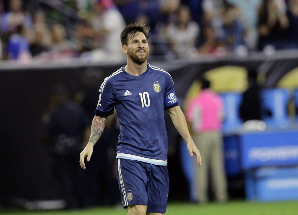 En el puesto 8 figura el argentino Lionel Messi con ingresos de 81.5 millones de dólares.