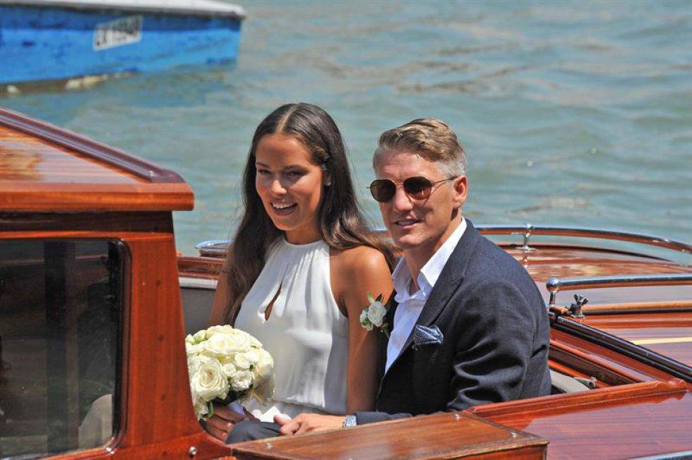 El centrocampista de la selección alemana, Bastian Schweinsteiger y la tenista serbia Ana Ivanovic en una pequeña embarcación tras su boda en Venecia, Italia.