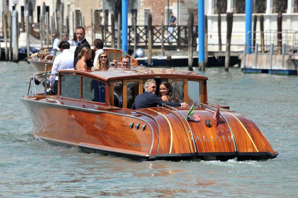 En el matrimonio civil, la novia lució un vestido blanco acompañado de un maquillaje natural y el pelo suelto. Al final los esposos se subieron en una embarcación en el Gran Canal de Venecia.