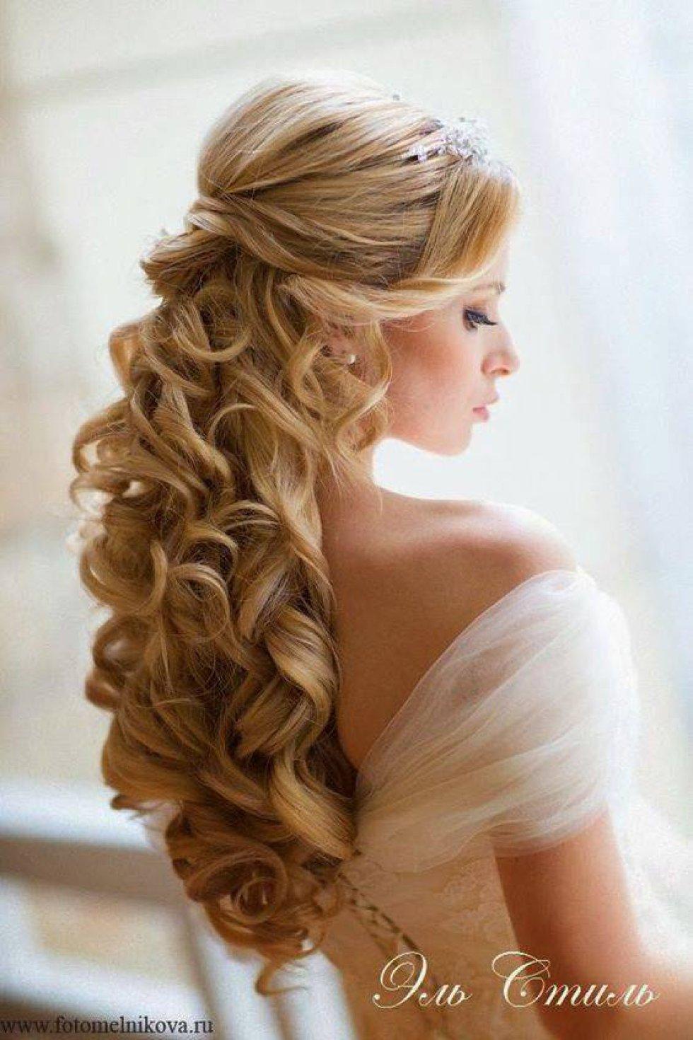 La acaban de invitar a una boda y no tiene suficiente dinero hagáse uno de estos peinados.
