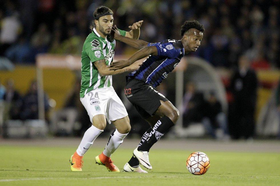 Sebastián Pérez disputa un balón en la primera parte.